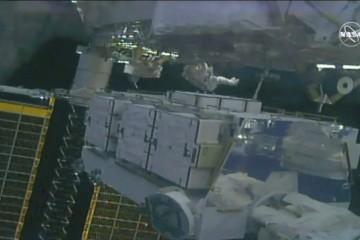 两名女宇航员太空行走持续为空间站换电池