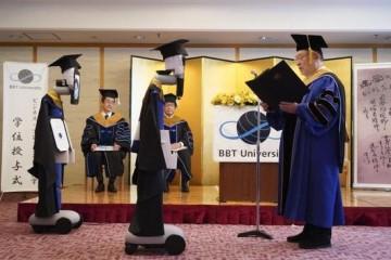日本一大学举办云毕业典礼机器人替身领毕业证(图)
