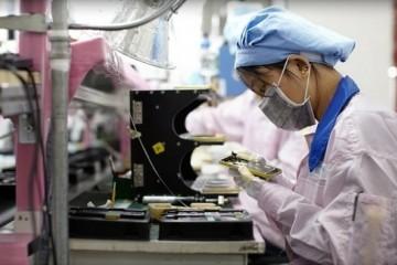 苹果美工程师长途辅导我国搭档拼装iPhone12原型机